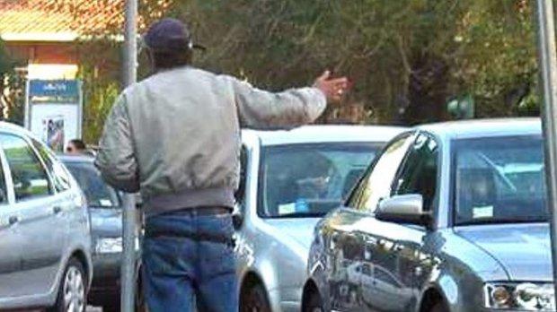 foto parcheggiatore abusivo