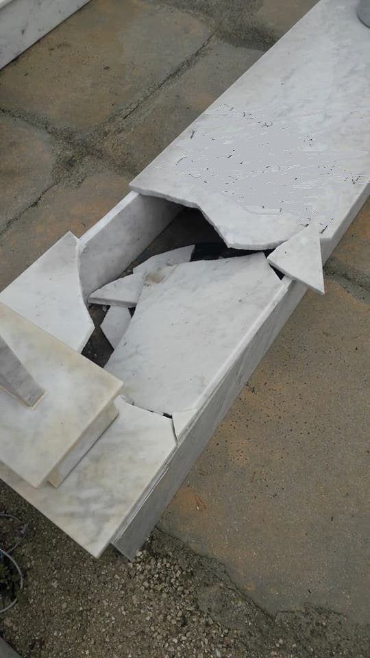 tomba distrutta
