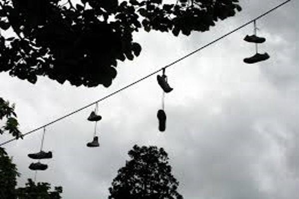 Scarpe appese ai fili della corrente: anche in provincia di
