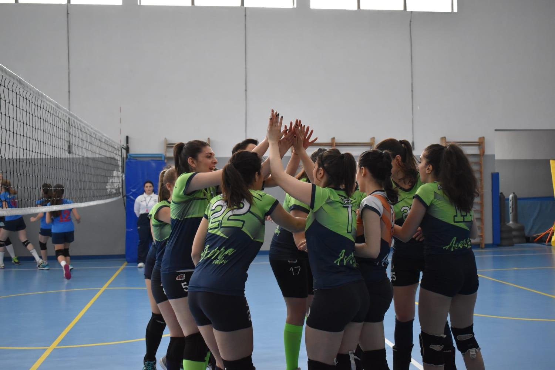 Il team dell'Acerra Volley mentre festeggi una vittoria