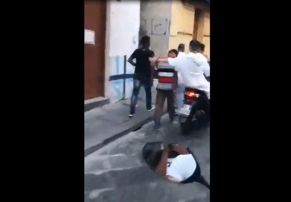 napoli ragazzini schiaffeggiano passanti