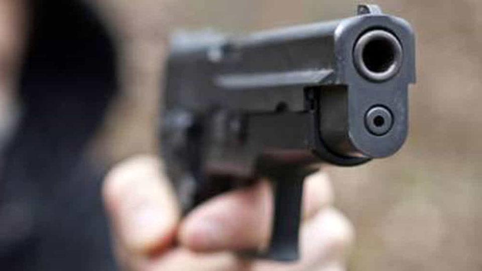 rapinatore volto coperto pistola